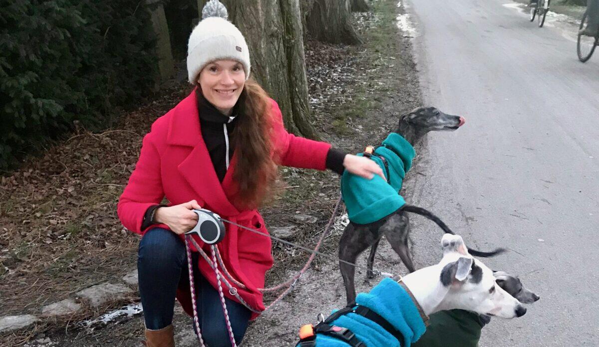 Gademødet: 'Hende med hundene'