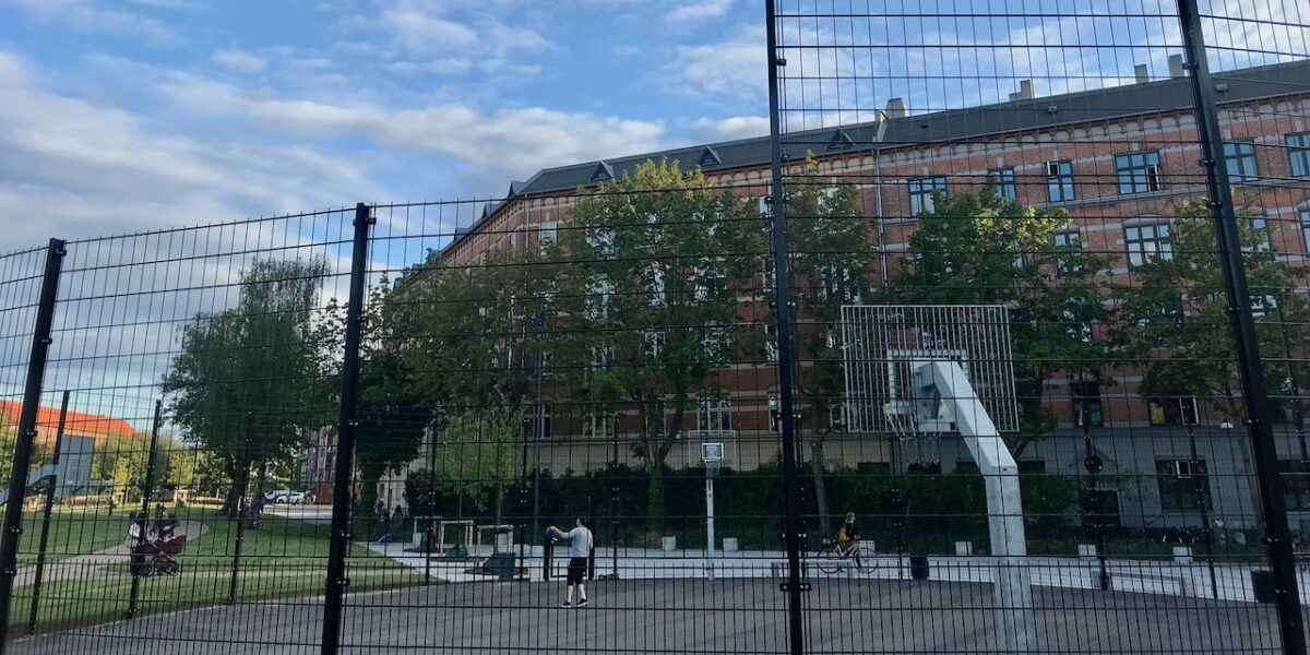 Udskældt basketball-bane fikset: Når hegnet er højt, er alting godt