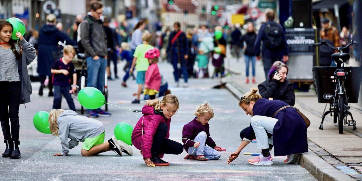 Kridt, kaffe og kærlighed: Kom til gadefest på Bilfri Søndag
