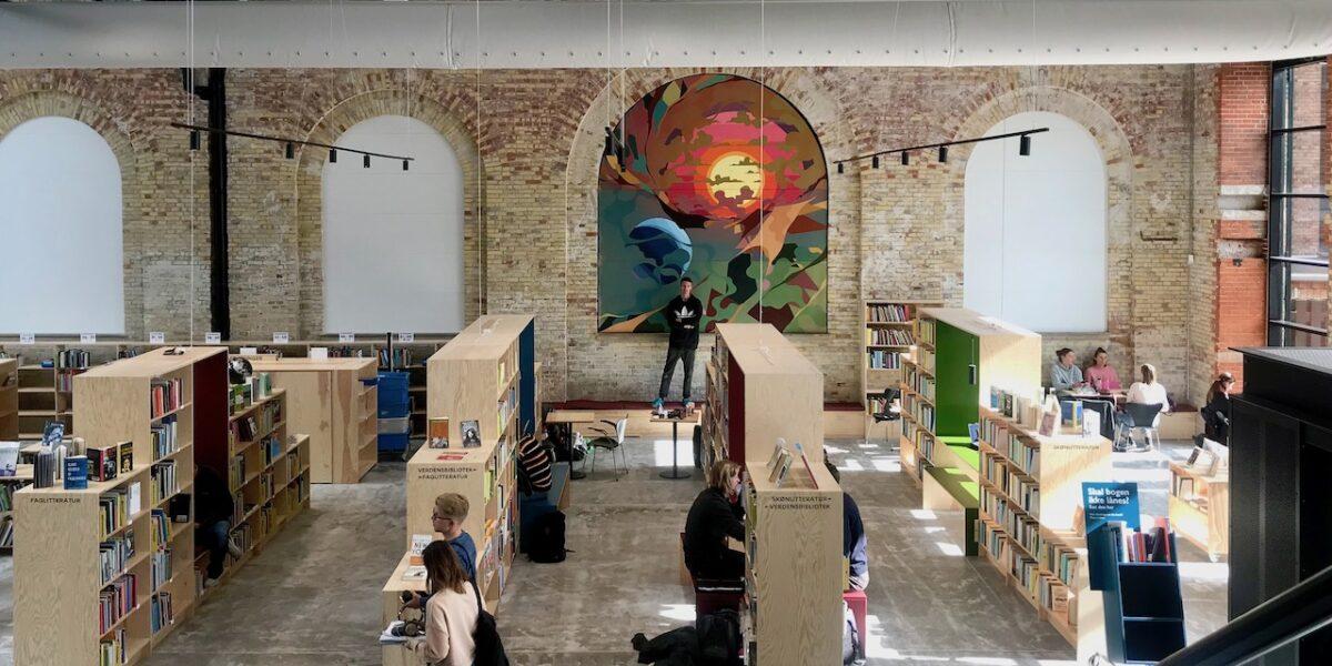 Nye kæmpemalerier giver globalt udsyn på Nørrebro Bibliotek