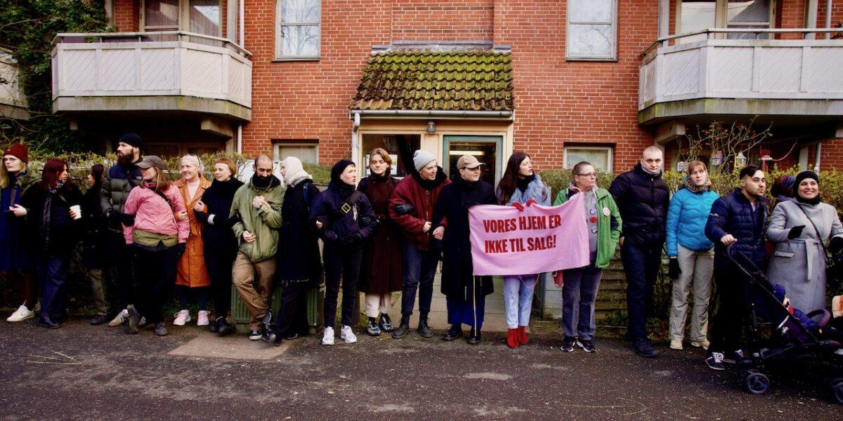 """""""Vi flytter aldrig"""": Stor opbakning til rolig demo i Mjølnerparken"""