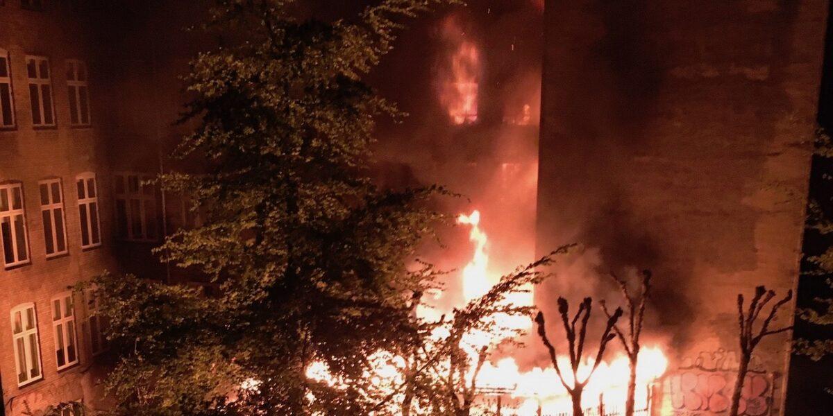 Stor brand i baggård i Baggesensgade i nat