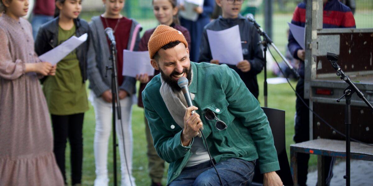 I Danmark er jeg født: Isam B. sang for i Lundtoftegade