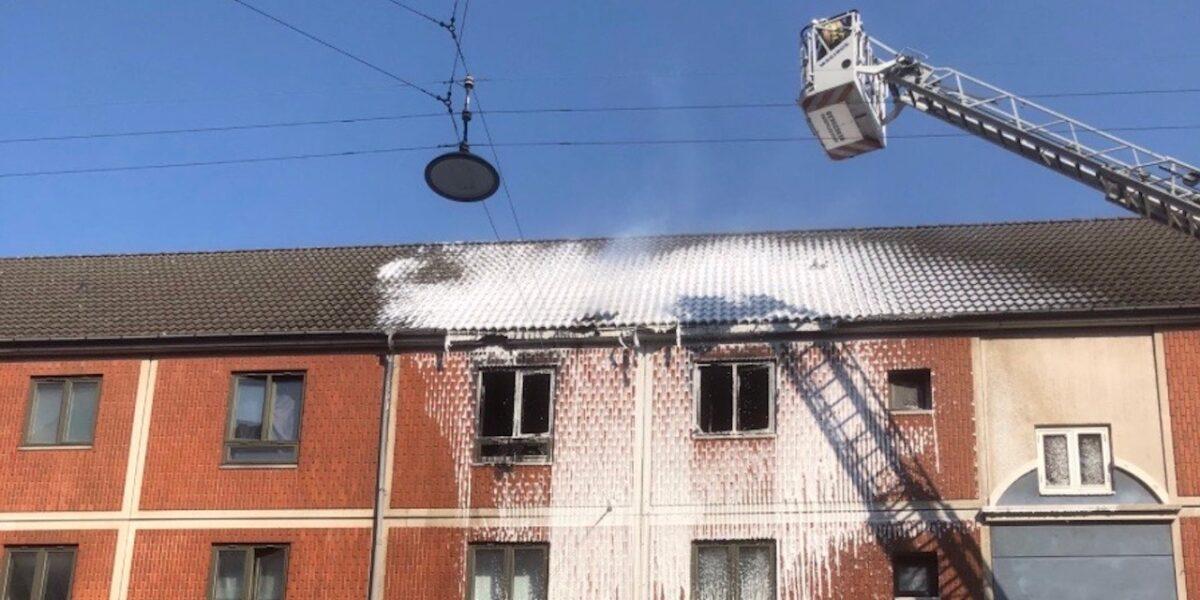 Kraftig brand i Mimersgade – har spredt sig til taget