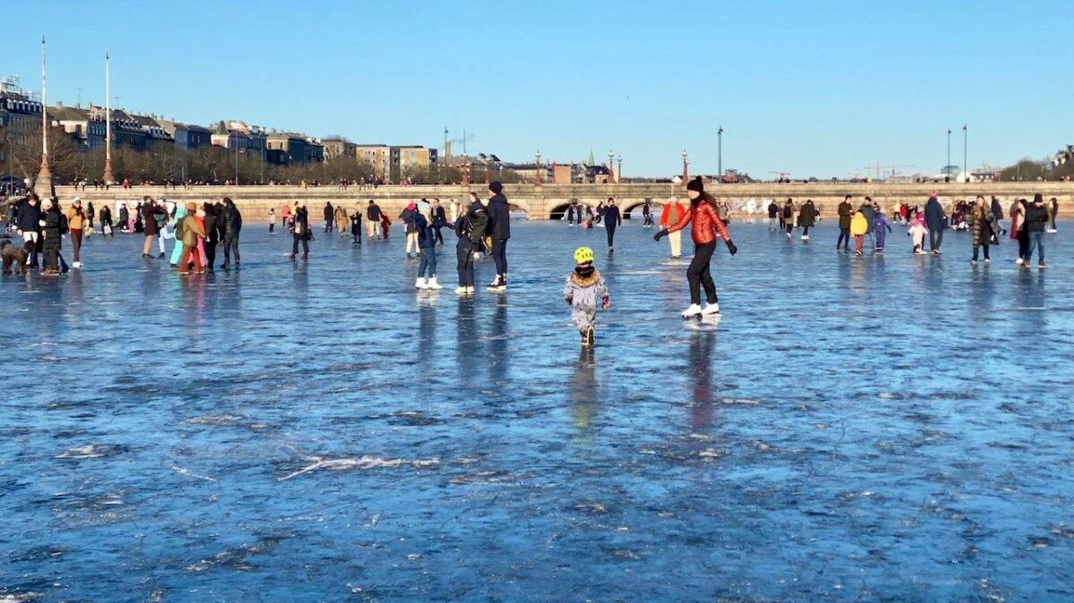 Lørdag eftermiddag: Isen på Peblinge Sø er nu erklæret sikker
