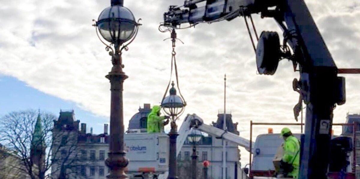 Glas på plads: Lamperne på Dronning Louises Bro er fuldtallige igen